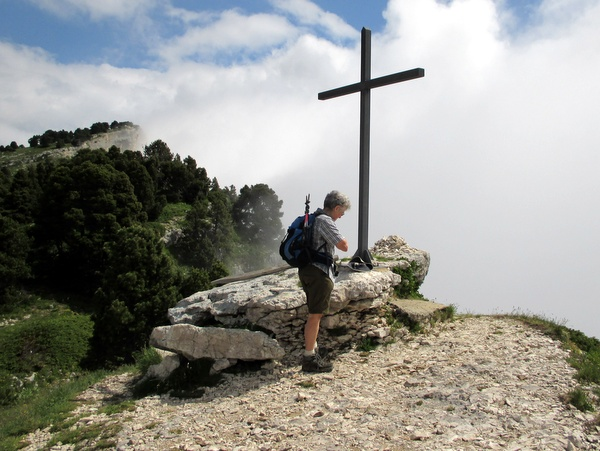 Photograph of the cross at the head of the Passage de l'Aup du Seuil