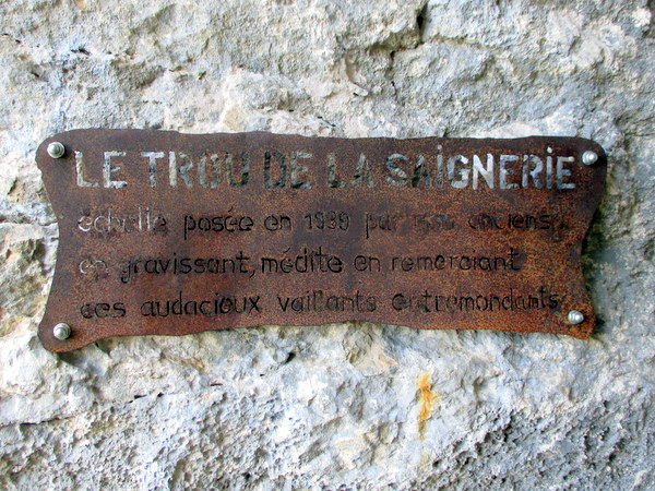 Plaque referring to the installation of the ladder in Le Trou de la Saignerie on l'Alpee